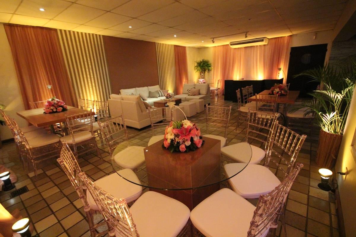 Festas de Casamentos e 15 Anos com Mesas e Cadeiras Diferentes no Espaço Pedra da Gávea - Casa de Festas Club Lounge na Barra da Tijuca - Rj